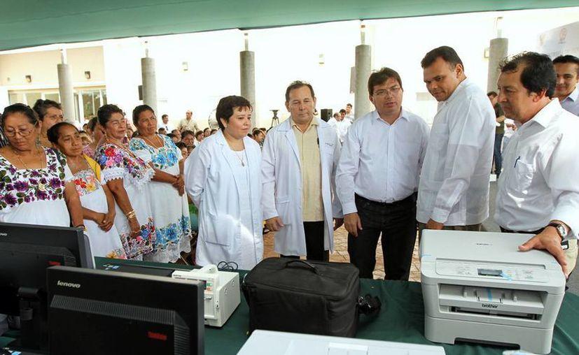 Rolando Zapata Bello atestiguó la entrega del equipo. (Milenio Novedades)