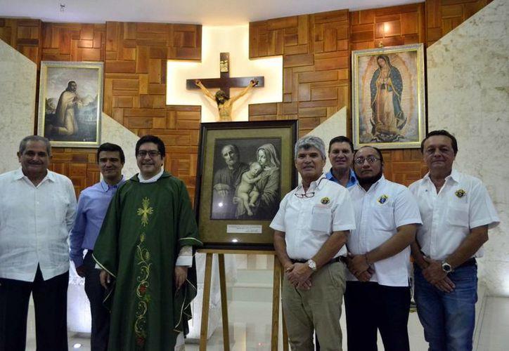 Tras la celebración eucarística, los Caballeros de Colón posaron junto al cuadro de la Sagrada Familia acompañados del Pbro. Martínez Ruz. (Milenio Novedades)