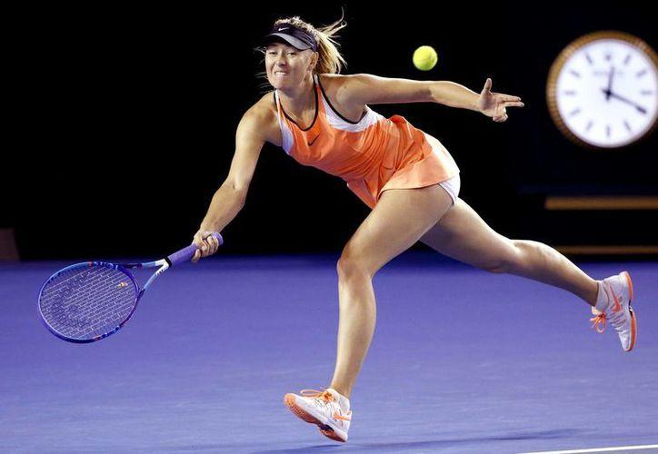 Maria Sharapova y Aliaksandra Sasnovich. El resultado favoreció a la primera que tuvo parciales de 6-2 y 6-1 en una hora y 11 minutos. (Imágenes de AP)
