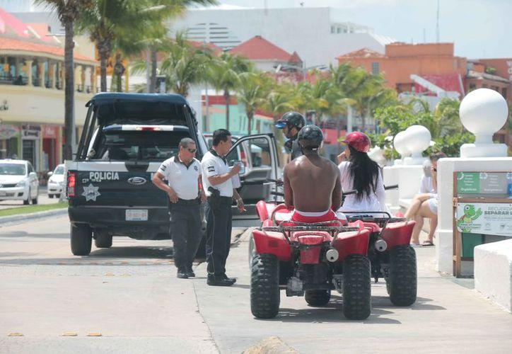 Los policías deben de estar capacitados para atender a los visitantes. (Gustavo Villegas/SIPSE)