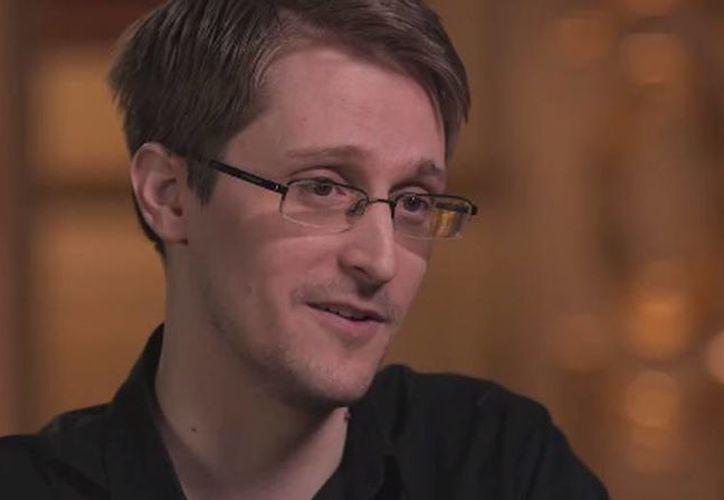 Edward Snowden ofreció una entrevista a el cómico John Oliver. (facebook.com/LastWeekTonight)