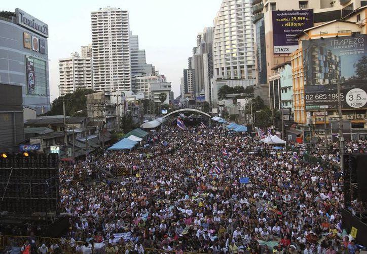Miles de manifestantes opositores al gobierno se congregaron en la intersección Asok en Bangkok, Tailandia, en demanda de la renuncia de la primera ministra del país. (Agencias)