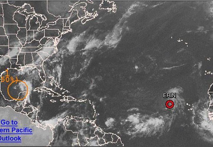 Aunque los remanentes de la onda tropical número 13 se alejan de la Península de Yucatán, se mantiene el pronóstico de lluvias fuertes para Campeche, Quintana Roo y Yucatán. (NOAA)