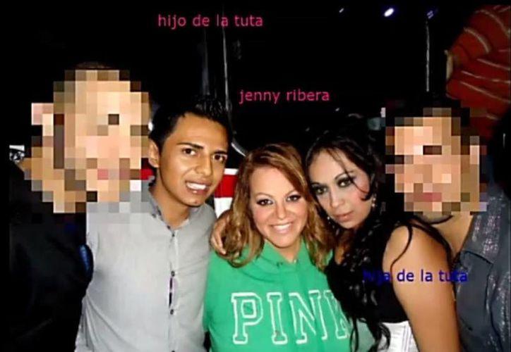 Imagen tomada del video que circula en YouTube en donde se ve a Jenni Rivera (al centro) con Sayonara y Huber (izq.) Gómez, supuestos hijos de La Tuta.