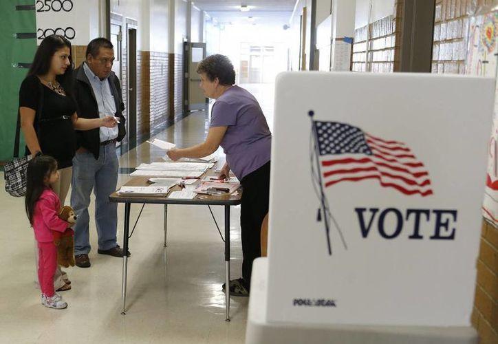 En cuatro años, más de 1.2 millones de inmigrantes se convirtieron en ciudadanos estadounidenses, con lo que podrán ejercer el derecho al voto en las elecciones de noviembre. (Archivo/The Associated Press)