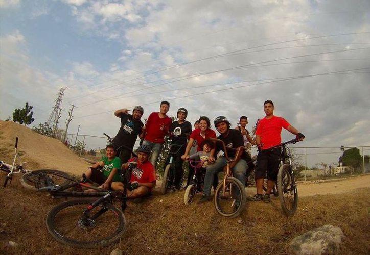 En el Paseo Verde, se abrió un campamento de verano de ciclismo extremo. En la imagen, algunos competidores de este disciplina. (Milenio Novedades)
