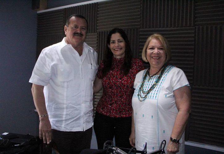 Jorge Barrera, Adela Canales y Rosita Canales (c), quien se encarga de la coordinación de las conferencias de Rosy Sandoval. (José Acosta/SIPSE)