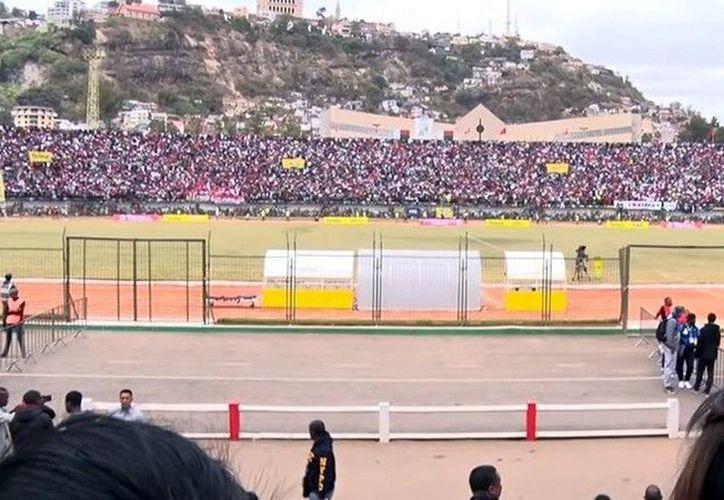 El incidente se dio porque autoridades habilitaron solo un acceso para el estadio. (Foto: Redes Sociales)