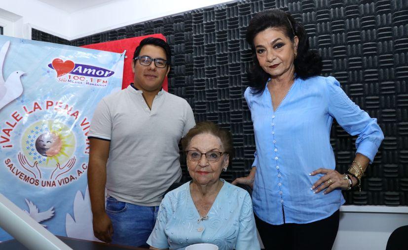 Ángel Pinto y Mary Liz Escalante flanquean a su invitada, la Dra. María Teresa Mendoza de Ibarra. (Jorge Acosta/Novedades Yucatán)