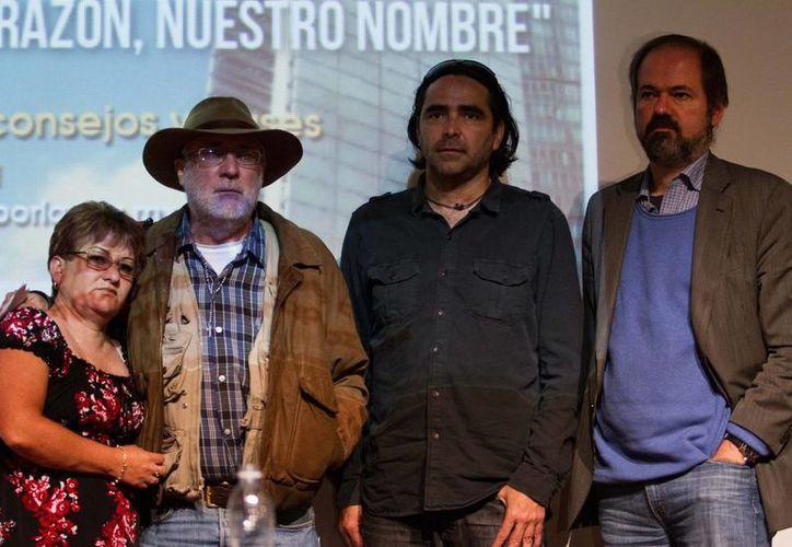 El poeta Javier Sicilia acompañado de Juan Villoro, Carlos Bolado y Araceli Rodríguez, en la conferencia de prensa de ayer martes. (Notimex)