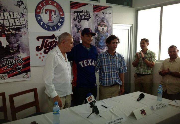 Edgar Arredondo posó para la foto del recuerdo junto a los directivos. (Twitter)