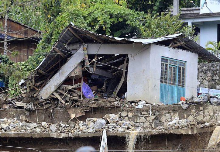 La tormenta tropical Earl dejó severos daños en el municipio de Huauchinango; personal del Ejército Mexicano aplicó el Plan DN-III en la zona. (Notimex)