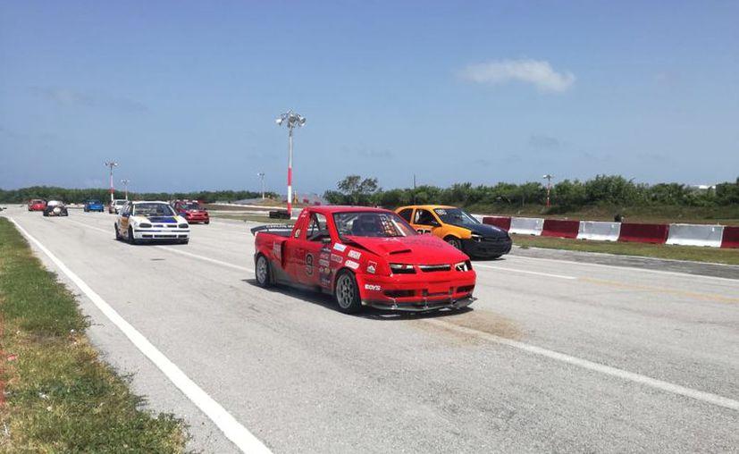 Volvieron las emociones del automovilismo en el autódromo de Cancún. (Raúl Caballero/SIPSE)