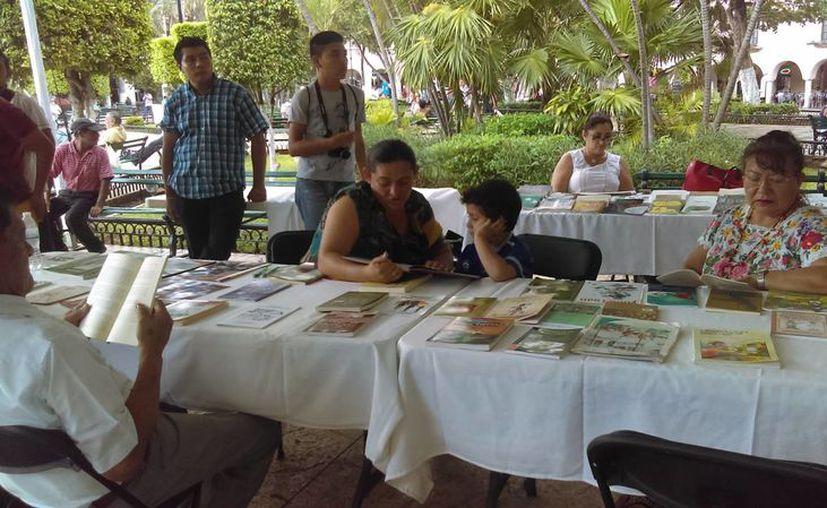 En los estands los propios autores pusieron a la venta sus obras en la Plaza Grande de la Ciudad de Mérida.(Milenio Novedades)