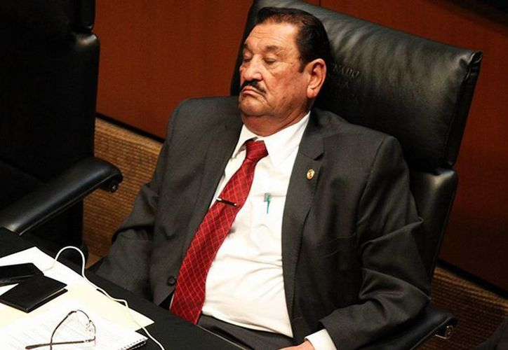 El senador suplente Ángel Salvador Ceseña Burgoin se le ve 'descansando' durante la sesión plenaria en la que se analizaba, discutía y aprobaba la reforma política para el Distrito Federal. (Excelsior)