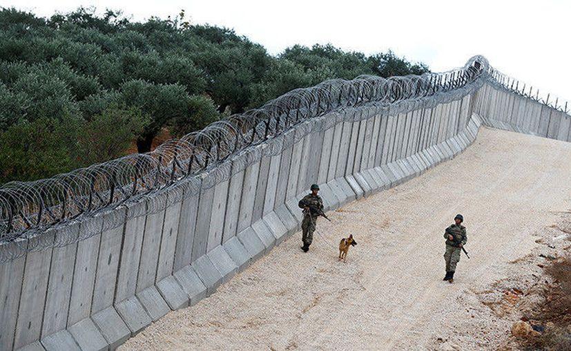 El muro cubre ya la mayor parte de la frontera entre los dos países, que se extiende a lo largo de 828 kilómetros de distancia. (RT)