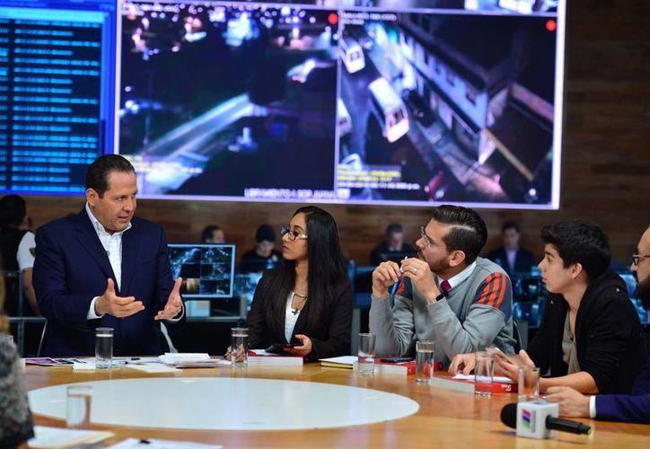 El gobernador del Estado de México, Eruviel Ávila (i), habló sobre  violencia contra mujeres, seguridad, educación, medio ambiente y protección animal, en una mesa con  líderes de opinión y estudiantes. (Fotos cortesía)