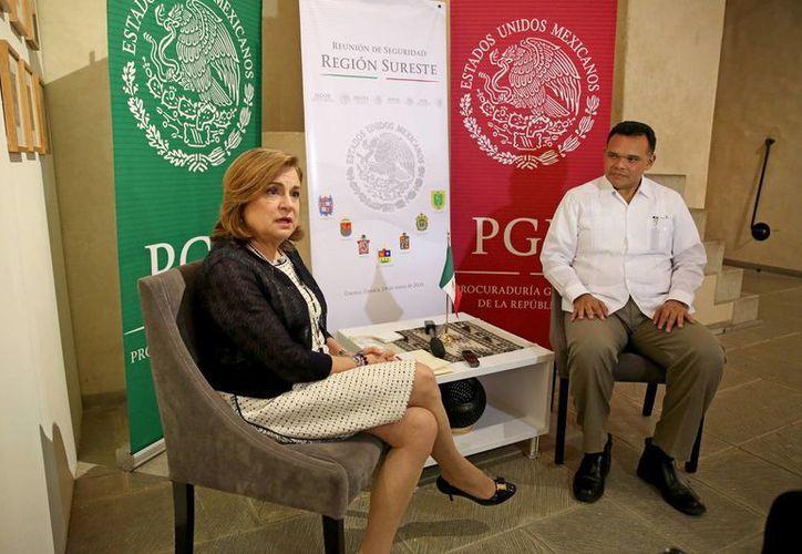 Ante la titular de la PGR, Arely Gómez González, el Gobernador Rolando Zapata precisó que la Unidad de Combate al Secuestro de la FGE estará ubicada en las inmediaciones del complejo de seguridad estatal. (Foto cortesía del Gobierno de Yucatán)