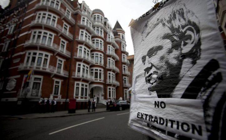 Assange se encuentra asilado en la embajada de Ecuador en Londres para evitar ser deportado a Suecia, donde se le acusa de abusos sexuales. (EFE)
