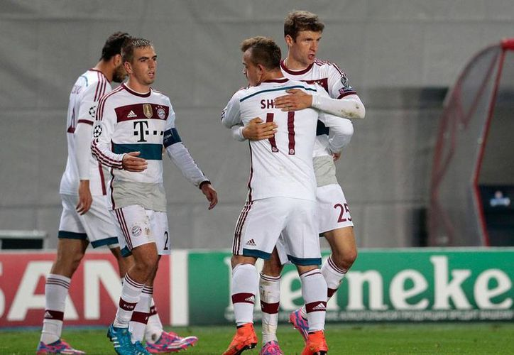 Jugadores del club Bayer Munich celebran el único tanto del partido en el derrotaron al CSKA de Moscú, en la Liga de Campeones de Europa. (AP)