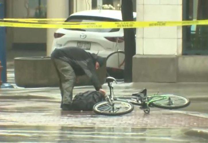 Un ciclista quiso resolver por su cuenta una amenaza de bomba en Wisconsin. (Foto: Captura de video)
