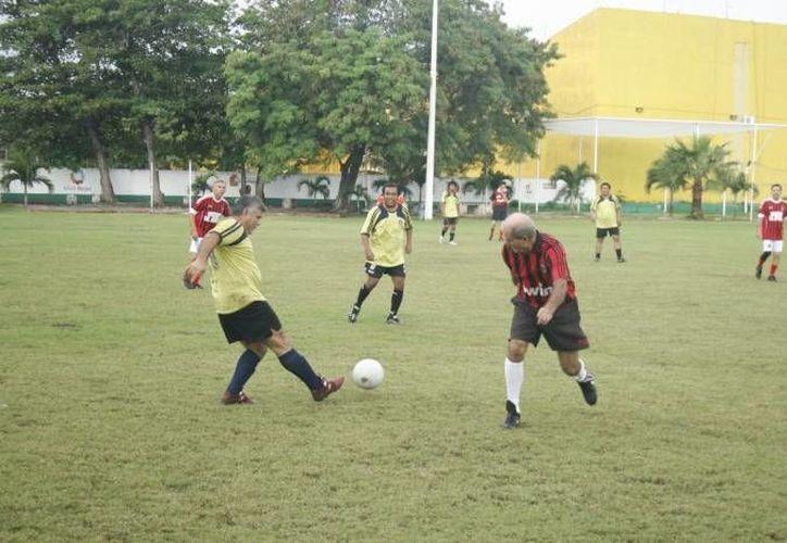 Intensa batalla en esta jornada del fútbol de veteranos. (Redacción/SIPSE)