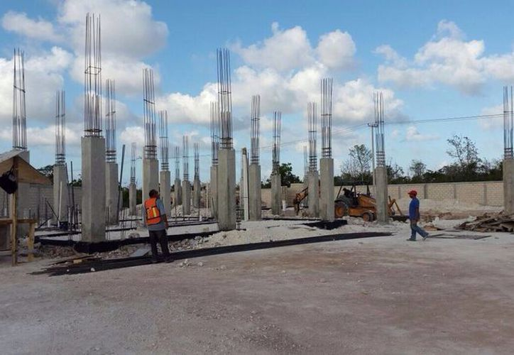 Según el Inegi los gastos en maquinaria de Construcción se incrementaron 4.2 por ciento con relación abril de 2014. Imagen de trabajadores en una obra. (Archivo/SIPSE)