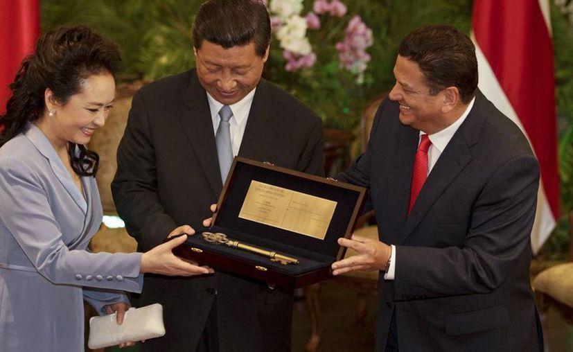 El presidente chino Xi Jinping (c) y su esposa Peng Liyuan recibieron hace unos días la llave de la ciudad de San José de manos del alcalde Johnny Araya. (Agencias)