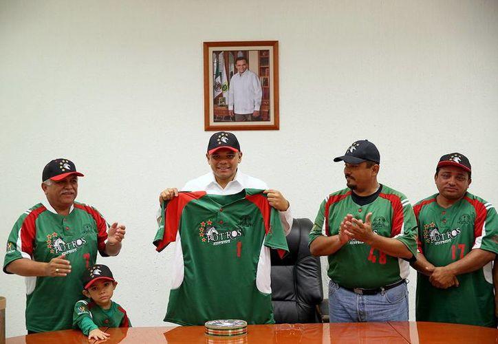 Zapata Bello recibió ayer viernes a los Potros del STSPEIDY en Palacio de Gobierno. (SIPSE)