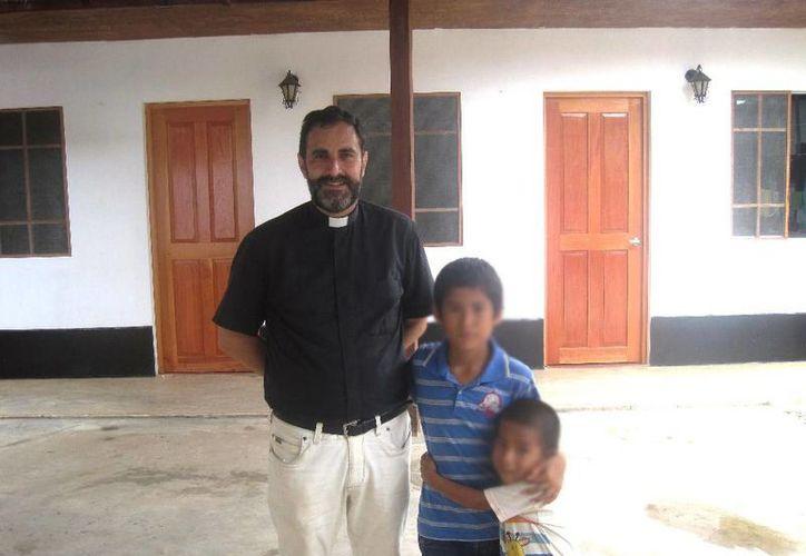 El cura Doñoro trabaja en el Hogar de Nazaret donde rescatan a niños abandonados. (hogarnazaret.es)