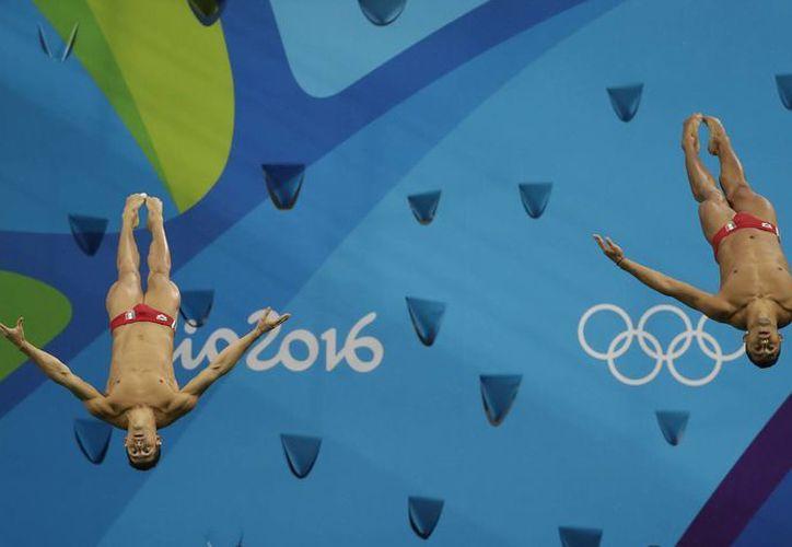 En el último clavado, los mexicanos reclamaron una luz que los deslumbró antes de ejecutar el salto. (Wong Maye-E/AP)