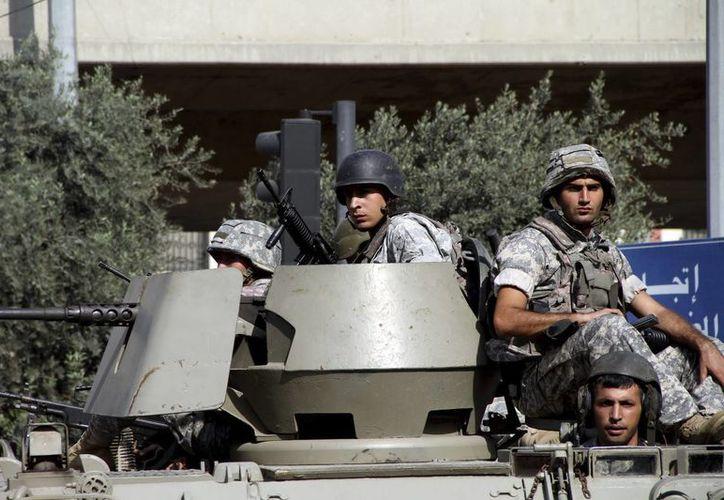 Soldados libaneses patrullan el barrio de Bab al-Tabbaneh en Trípoli, Líbano. (Archivo/EFE)