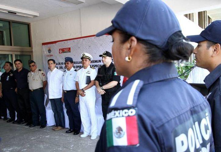 Las autoridades de seguridad durante la entrega de constancias a los policías. (Cortesía/SIPSE)