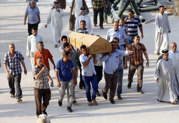 Traslado del féretro con los restos de una víctima de un atentado en Bagdad. (EFE/Foto de contexto)