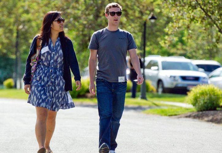 Foto del 9 de julio de 2011 que muestra a Mark Zuckerberg, presidente y director de Facebook, acompañado de Priscilla Chan en Sun Valley, Idaho. (Agencias)
