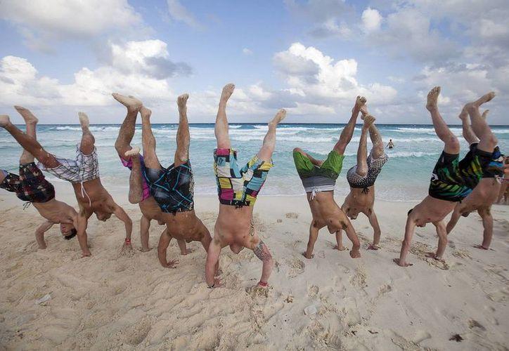 Los jóvenes disfrutan de las paradisíacas playas de Cancún. (Cortesía/SIPSE)