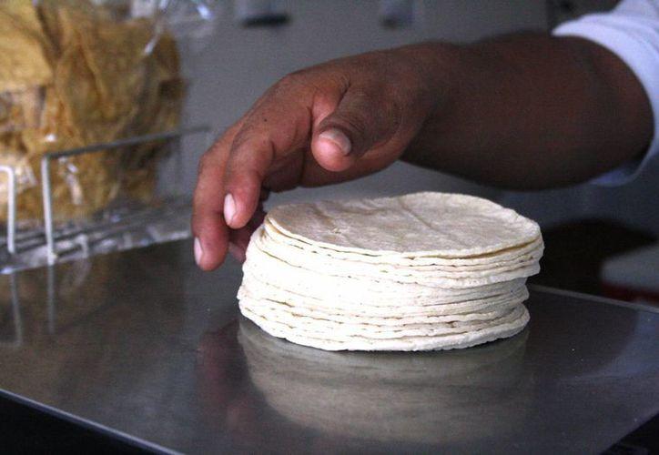 El kilogramo de tortillas se vendió ayer hasta en 16 pesos en Playa del Carmen. (Octavio Martínez/SIPSE)