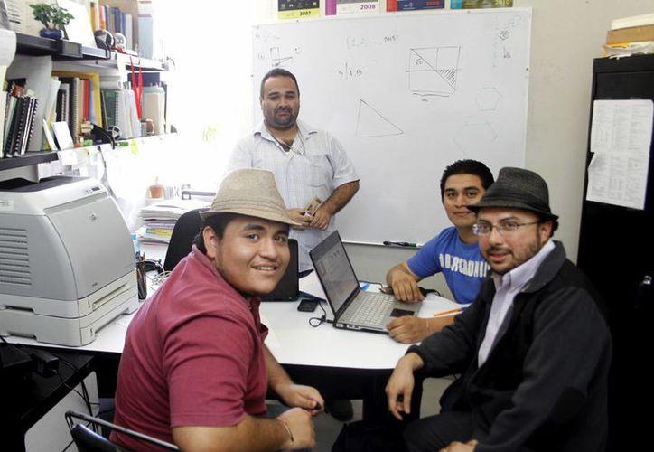 Cada vez más yucatecos quieren estudiar ciencias exactas. En la imagen, el equipo de entrenadores de niños que compiten en la Olimpiada de las Matemáticas. (SIPSE/Archivo)