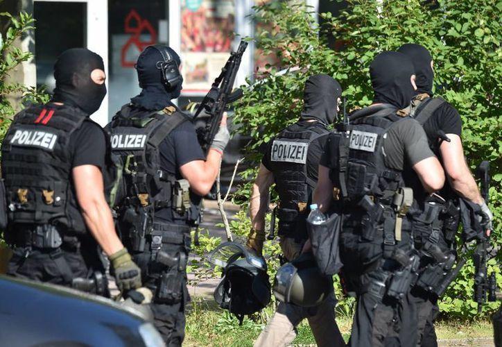 Fuerzas especiales de la Policía local acudieron al complejo de cines Kinopolis donde ocurrió el incidente. (Agencias)