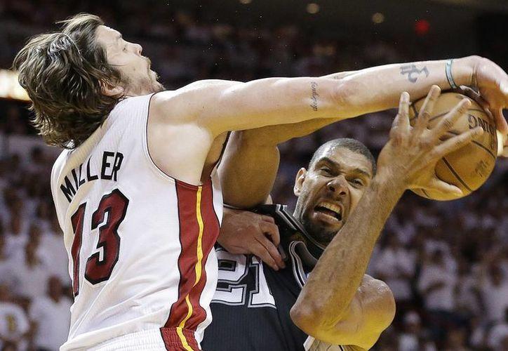 El guardia Mike Miller (13) y los Heat tienen por delante a unos Spurs de Tim Duncan (21) que nunca han perdido una final en su historia. (Agencias)
