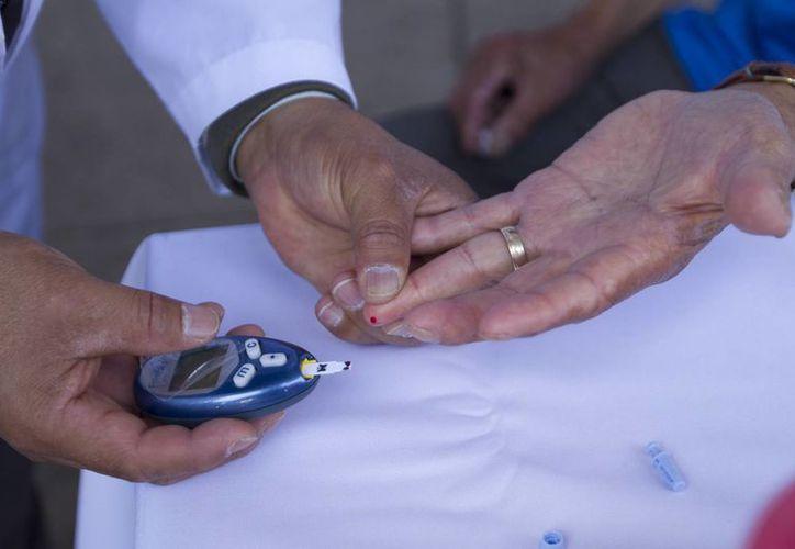 Actualmente, especialistas de distintas partes del mundo estudian mecanismos en la actualidad para lograr la administración oral de la insulina. Imagen de contexto de una prueba de diabetes. (Archivo/Notimex)