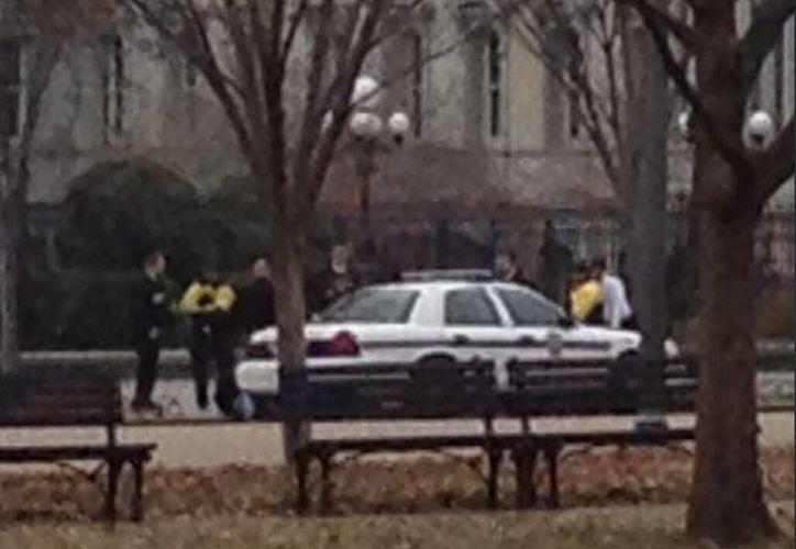Debido al incidente la policía cerró la zona de Lafayette Park. (twitter.com/nedrapickler)