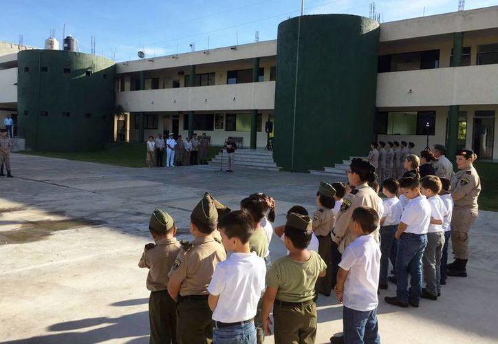 Alumnos de primaria, secundaria y bachillerato recibieron la bienvenida en el Instituto Militarizado del Sureste, para el ciclo escolar 2016-2017. (Cortesía IMS)