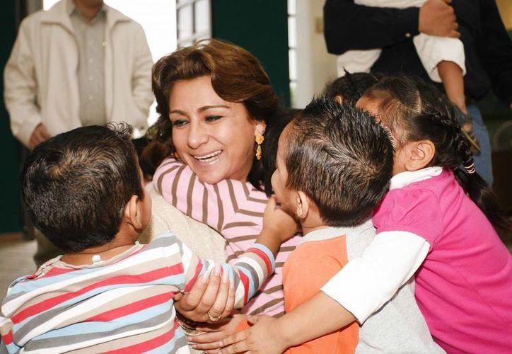 Sarita Blancarte de Zapata convivió con niños del Caimede en el Día de Reyes. (SIPSE)