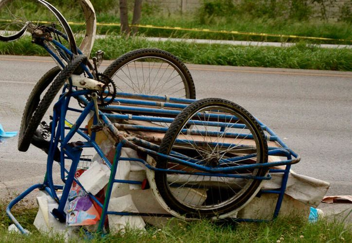 Una mujer que viajaba en un triciclo en el que vendía tortas falleció este miércoles, en periférico, luego de que un vehículo la impactó. (Carlos Navarrete/SIPSE)