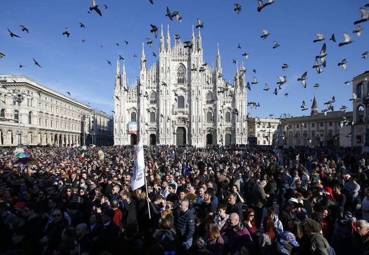 En días pasados, miles de personas tomaron las calles italianas para manifestarse a favor de la unión entre personas del mismo sexo. En la imagen, la movilización en la ciudad de Milán. (Archivo/AP)