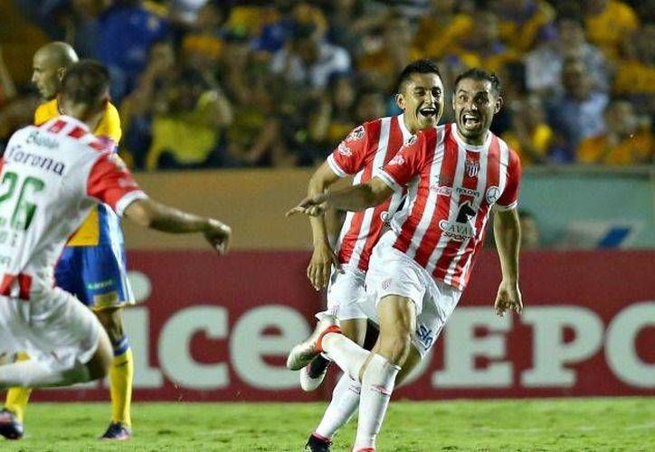 Edgar Espíndola festeja uno de los dos goles con que Necaxa tumbó a Tigres en el norte de México. (imago7.com)