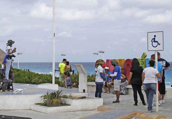 Los fotógrafos no dejan que los visitantes se tomen imágenes libremente con sus celulares. (Foto: Jesús Tijerina/SIPSE)
