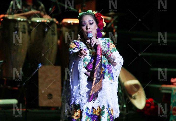 Lila Downs lució un hermoso terno yucateco, de color morado, durante su show. (Fotos: Victoria González/Novedades Yucatán)