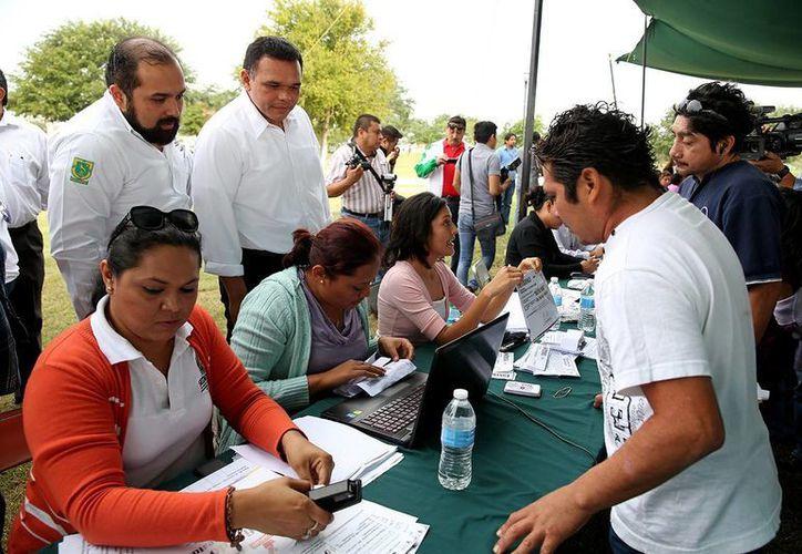 El gobernador Rolando Zapata Bello atestigua la entrega de apoyos del programa 'Pintando tu bienestar'. (SIPSE)